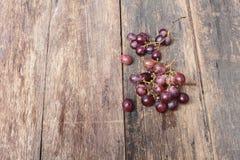 Rotes frisches der Traube auf Holztischhintergrund Stockfoto