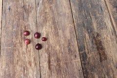 Rotes frisches der Traube auf Holztischhintergrund Stockbilder
