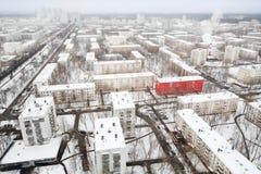 Rotes Gebäude an der Straße im Wohnviertel am Winter Stockbilder