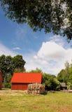 Rotes Gebäude im Dorf Stockfotos