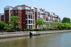 Rotes Gebäude und Fluss Lizenzfreies Stockbild