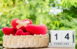 Rotes geglaubtes Herz mit Heftpflastern auf Korb Liebevolle Paare stockfoto