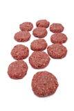 Rotes gehacktes Fleisch angeordnet neben einander über weißem Hintergrund stockfotografie
