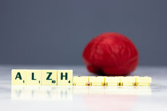 Rotes Gehirn mit Alzheimer-Zeichen lizenzfreies stockbild