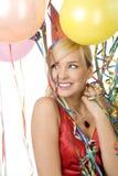 Rotes gekleidetes Mädchen in der Party mit Ballonen Stockfotos
