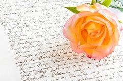 Rotes Gelb stieg über einen Hand geschriebenen Brief Lizenzfreies Stockfoto
