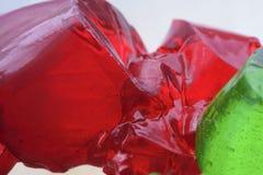Rotes Gelee und grüne Stücke Stockfoto