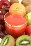 Rotes Gemüse oder Fruchtsaft Stockfotos