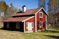 Rotes gemaltes schwedisches Sommerhaus. Lizenzfreie Stockfotos