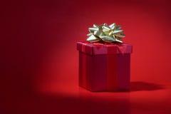 Rotes Geschenk auf rotem Hintergrund Lizenzfreies Stockbild