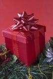 Rotes Geschenk auf rotem Hintergrund Stockfotografie