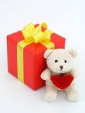 Rotes Geschenk und Teddybär Lizenzfreie Stockbilder