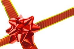Rotes Geschenkfarbband und -bogen Stockfotografie