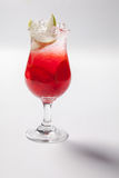 Rotes Getränk des kalten Strohs mit Beere, Apfel und Minze treiben Blätter lizenzfreies stockfoto