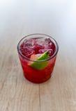 Rotes Getränk mit Kalk Lizenzfreie Stockfotografie