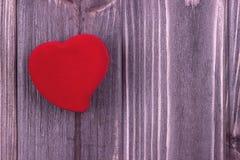 Rotes Gewebe Herz auf dem dunklen hölzernen Hintergrund Liebevolle Paare hochzeit Geeting-Karte Lizenzfreie Stockfotos
