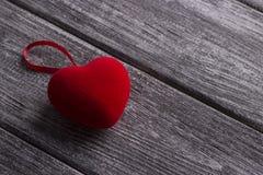 Rotes Gewebe Herz auf dem grauen hölzernen Hintergrund Liebevolle Paare hochzeit Lizenzfreie Stockbilder