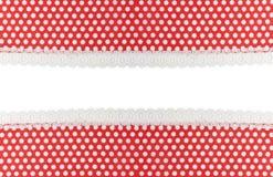 Rotes Gewebe mit weißen Punkten und Spitze Stockbilder