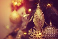 Rotes glänzendes Spielzeug auf dem Weihnachtsbaum Stockbild