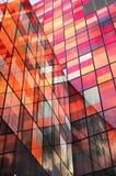 Rotes Glasgebäude Stockbild