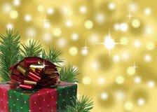 rotes Grün und Goldweihnachtsgeschenk mit abstraktem Hintergrund Lizenzfreie Stockbilder