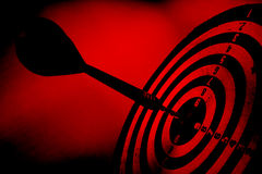 Rotes grunge Ziel mit Pfeil Stockbilder