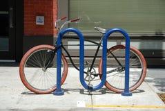 Rotes Gummireifen-Fahrrad Lizenzfreies Stockbild