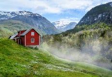 Rotes Häuschen nebel Stockfoto