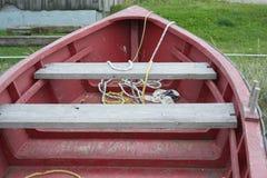 Rotes hölzernes Fischerboot-rotes und gelbes Seil Stockbild
