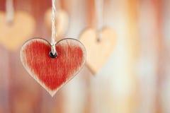 Rotes hölzernes Herz auf abstraktem Hintergrund stockbilder