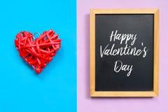 Rotes hölzernes Herz handcraft und die Tafel, die mit glücklichem Valentinsgruß ` s Tag geschrieben wird Lizenzfreie Stockbilder
