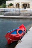 Rotes hölzernes Rettungsboot Lizenzfreies Stockfoto