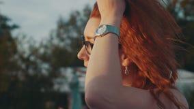 Rotes Haarmädchen in den Gläsern auf Motorboot Schöner Sommerabend Sonnenuntergang Lächeln stock video