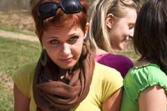 rotes Haarmädchen am Ferienfeiertag auf Wiese Lizenzfreies Stockfoto