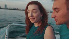 Rotes Haarmädchen im Türkiskleider-Antriebsmotorboot Kamera: Nikon F-301, AIS 28/2 Junger Junge stock video footage
