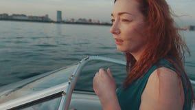Rotes Haarmädchen im Türkiskleider-Antriebsmotorboot Kamera: Nikon F-301, AIS 28/2 romantisch stock video footage