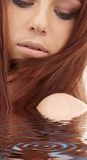 Rotes Haarmädchen im Wasser Lizenzfreies Stockbild