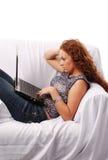 Rotes Haarmädchen mit Laptop Lizenzfreies Stockbild