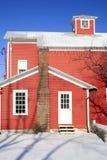 Rotes Haus abgedeckt im Schnee, Winterthema Stockbild