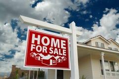 Rotes Haus für Verkaufs-Grundbesitz-Zeichen und Haus Lizenzfreies Stockfoto