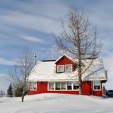Rotes Haus im kalten schneebedeckten Winter, Island lizenzfreies stockbild