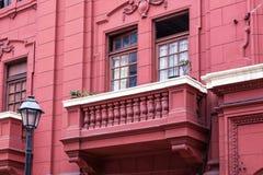 Rotes Haus mit einem Balkon Stockfotos