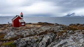 Rotes Haus und Leuchtturm stockfotos