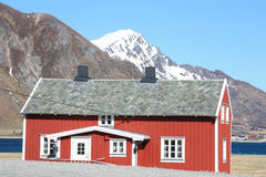 Rotes Haus von Flakstad Stockfoto