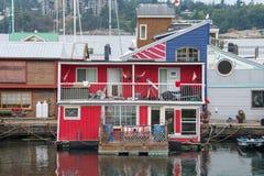 Rotes Hausboot im Jachthafen, Victoria, Kanada stockbilder