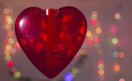 Rotes Herz über unscharfem bokeh Effekthintergrund Stockbild