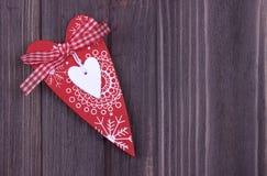 Rotes Herz auf dem dunklen hölzernen Hintergrund Lizenzfreies Stockbild