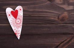 Rotes Herz auf dem dunklen hölzernen Hintergrund Stockbilder