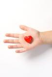 Rotes Herz auf der Hand der Kinder auf weißem Hintergrund Stockbilder