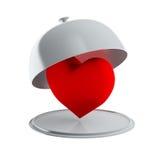 Rotes Herz auf der silbernen Servierplatte (lokalisiert) stockbild